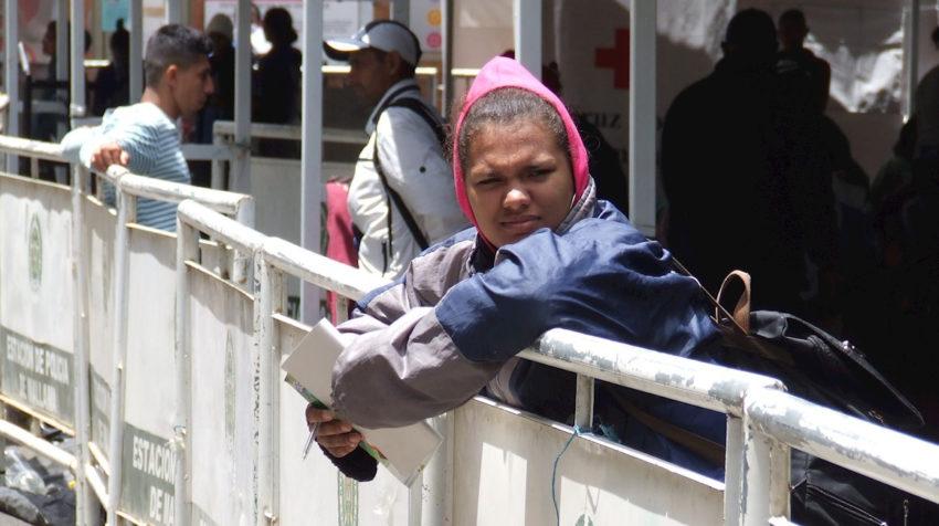 Fotografía del 26 de agosto. Numerosas familias venezolanas están a la espera de poder cruzar la frontera y entrar a Ecuador desde el Paso de Rumichaca, frontera con Colombia.