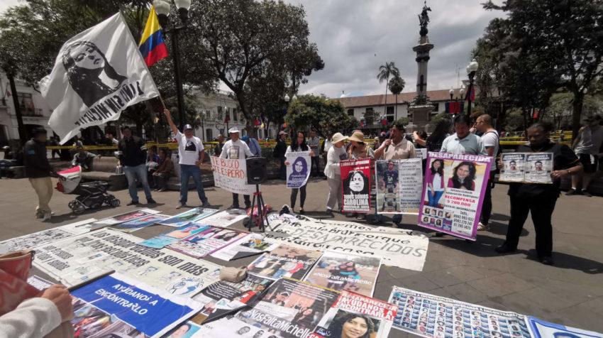 Plantón de los familiares de las personas desaparecidas en la Plaza Grande, frente al Palacio de Carondelet.