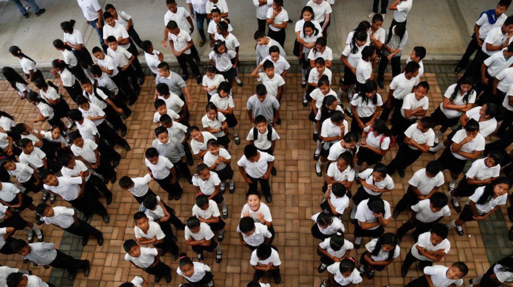 Estudiantes del sector público no tendrán textos durante un mes, admite ministra de Educación