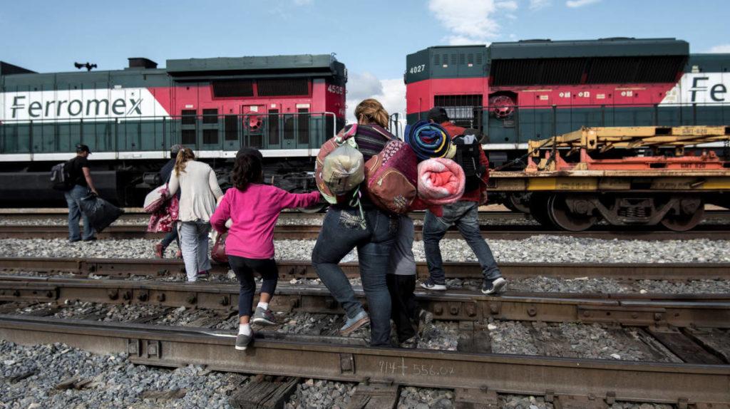 Hallan a 648 migrantes en autobuses y viviendas del norte de México