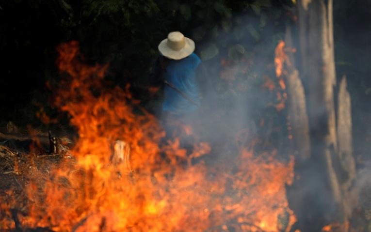 Un campesino trata de apagar el fuego en la zona de Indaruba, municipio del Estado de Amazonas.
