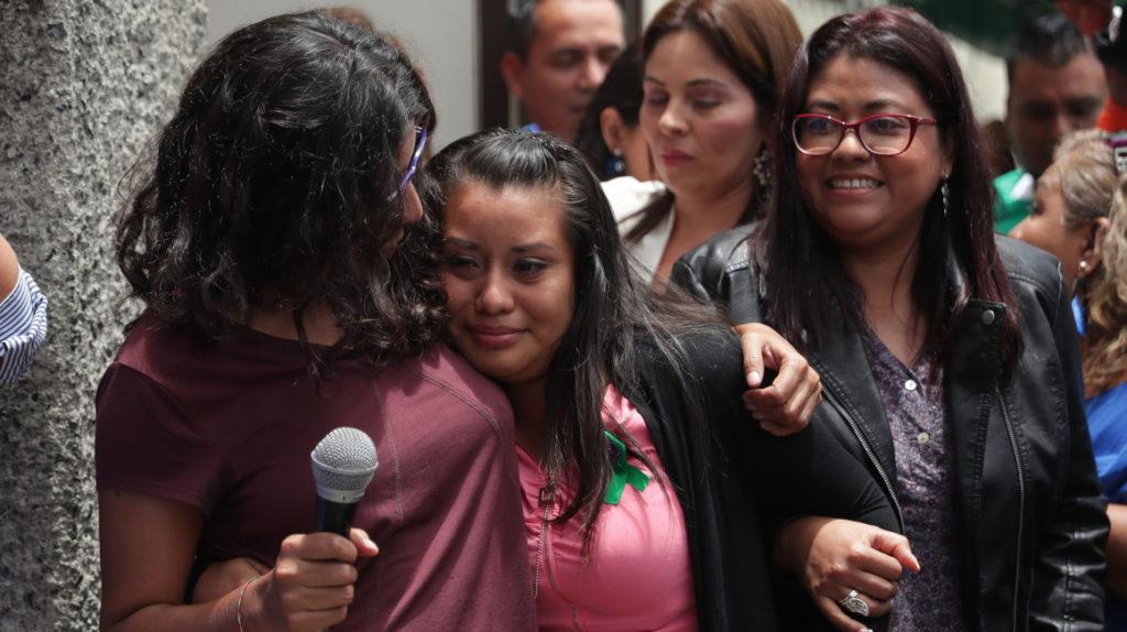 Mujer salvadoreña acusada de 'homicidio por omisión' tras abortar fue absuelta