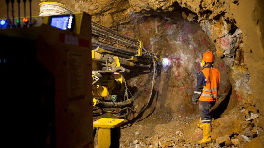 Fotografía del 25 de abril de 2018 de trabajadores al interior de una mina en Río Blanco, provincia del Azuay.