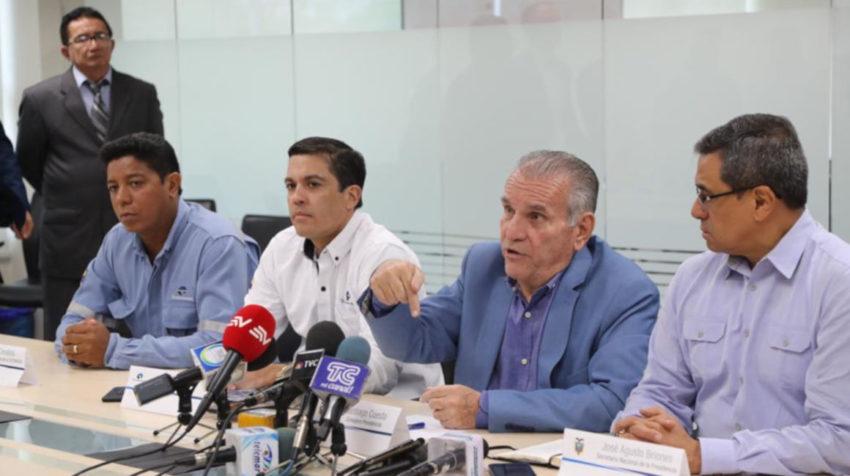 El consejero presidencial, Santiago Cuesta (c), durante una rueda de prensa.