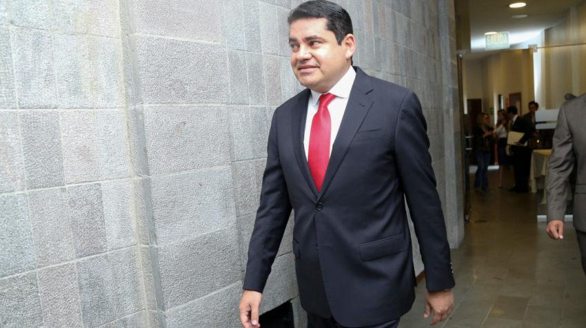 José Carlos Tuárez llega a la sesión de la Asamblea en la que fue destituido.