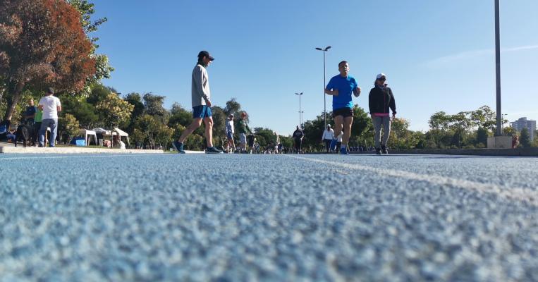 Las mañanas frías no son impedimento para los deportistas que llegan al parque de La Carolina, para dar inicio a su rutina diaria de ejercicios.