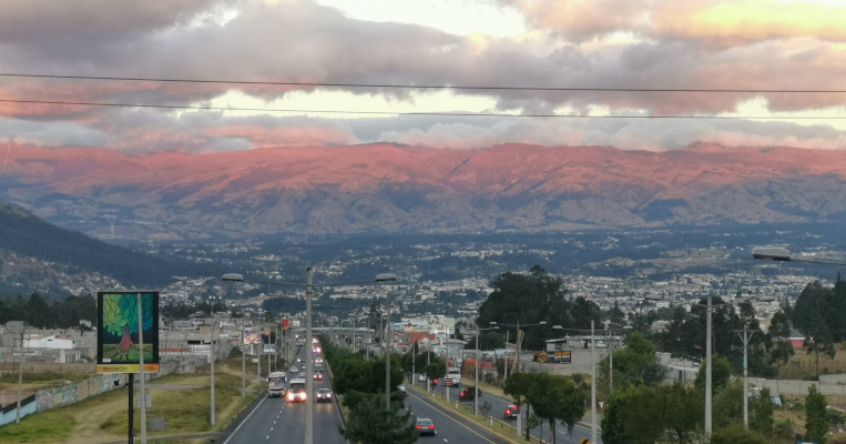 Una vista panorámica de la autopista General Rumiñahui, vía que conecta a Quito con Sangolquí, el 8 de agosto de 2020.