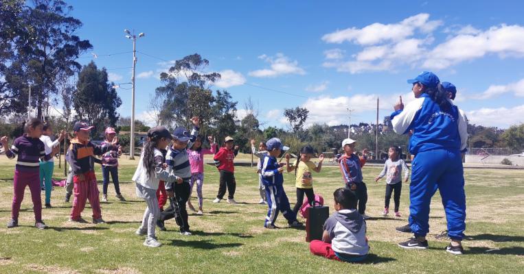 Niños de una asa hogar juegan en el parque Itchimbía de Quito, el 8 de agosto de 2019.