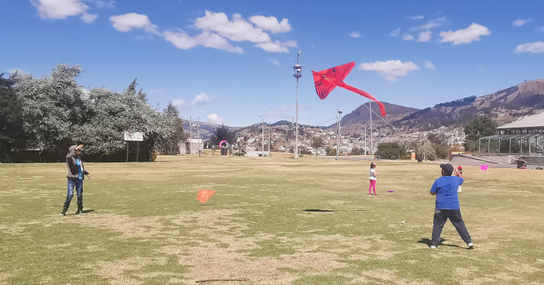Una de las actividades preferidas en verano es hacer volar cometas. En la foto, niños juegan con sus cometas en el Parque Itchimbía, en el centro de la ciudad.