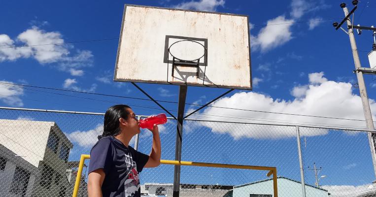 Beber agua antes, durante y después de hacer deporte es importante para evitar la deshidratación. Los parques y canchas lucen abarrotados de deportistas en el verano, como esta cancha de baloncesto en el Valle de los Chillos.