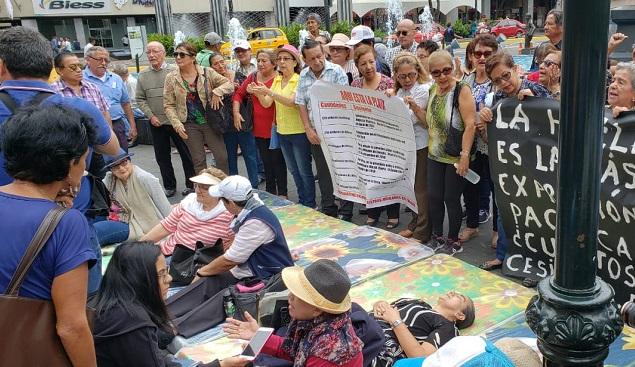 Docentes de Guayas instalaron colchones en la Plaza San Francisco en el inicio de la huelga de hambre en esta ciudad.