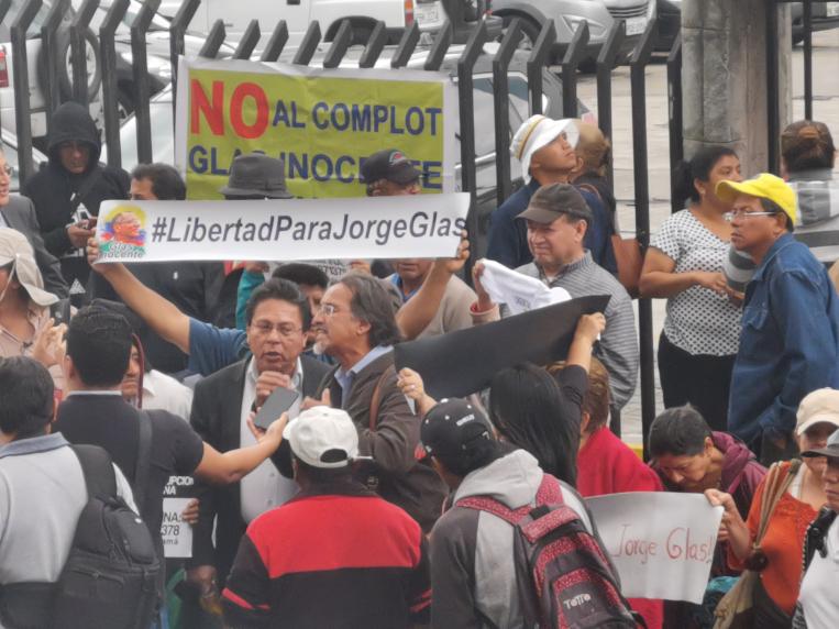 En las afueras de la Corte Nacional de Justicia, un grupo de seguidores de Jorge Glas, gritaron consignas a favor del exvicepresidente.