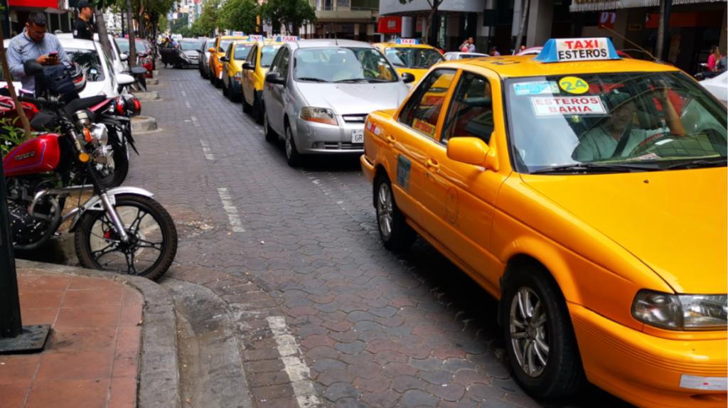 Taxismo informal aumenta en Guayaquil a pesar de los controles