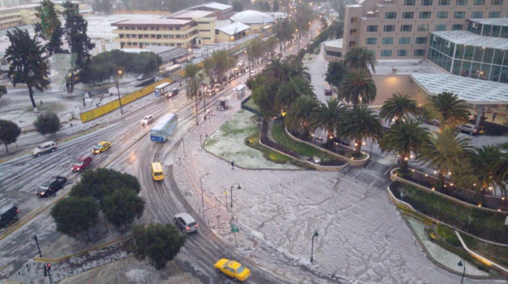 El invierno llega a la capital con una fuerte granizada