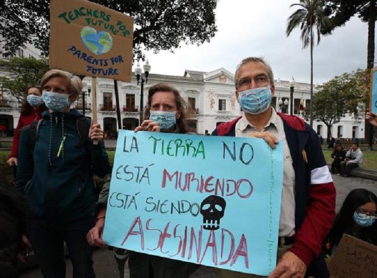 Manifestantes pidieron al Gobierno declarar la emergencia climática en Ecuador.