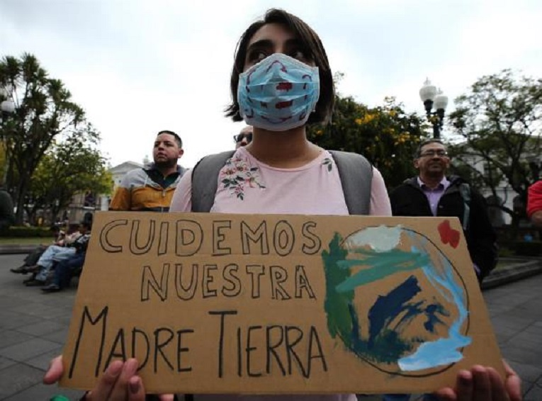 Decenas de personas realizaron un plantón frente al Palacio de Carondelet como parte de la huelga mundial del clima.