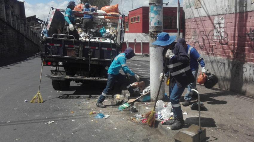Trabajadores de Emaseo limpian el Centro Histórico de Quito, el 20 de septiembre de 2020.