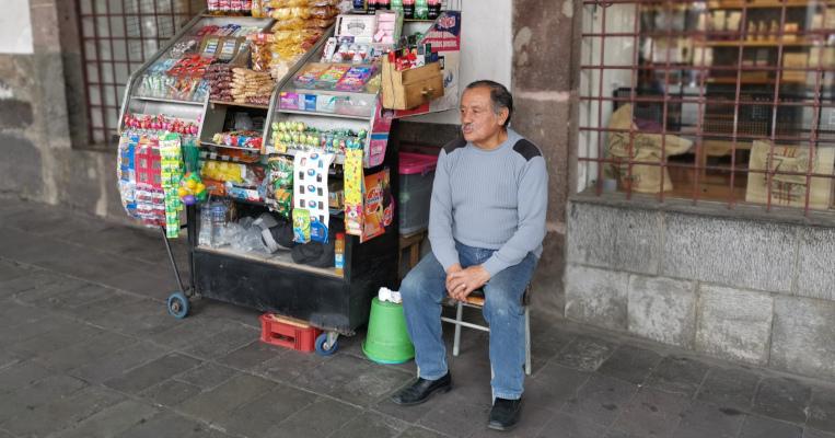 Miguel Almache es el comerciante más alegre del Pasaje Arzobispal