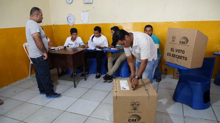 Un ciudadano deposita su voto en las elecciones seccionales 2019.