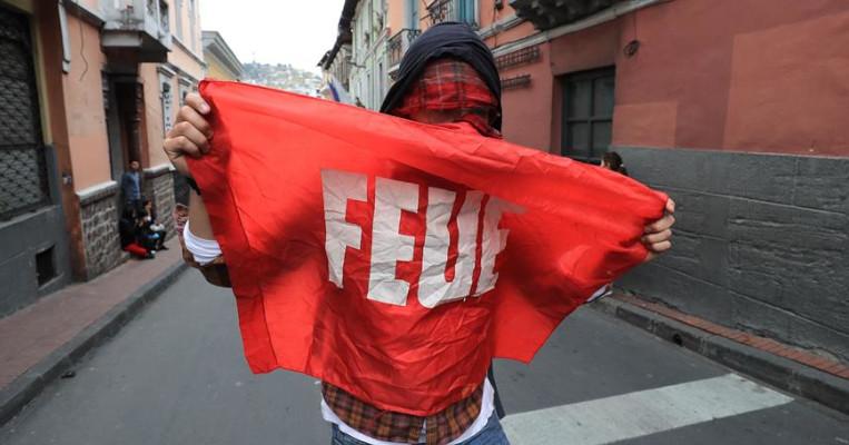 Varias personas se manifiestan en Quito por el paro de transportistas.