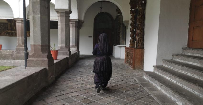 Personaje de Quito Eterno recorriendo el convento de Santo Domingo.