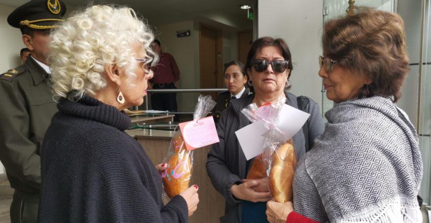 Entrega de guaguas de pan embarazadas a los jueces de la Corte Constitucional.