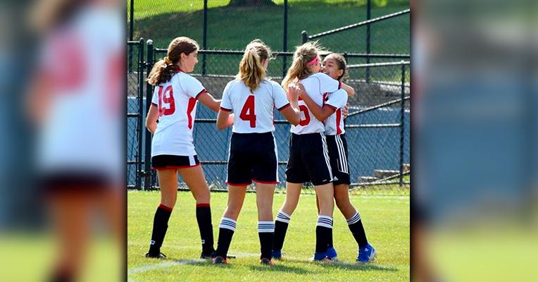 La joven festeja un gol con sus compañeras