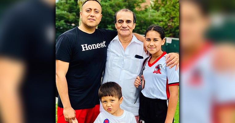 Julissa junto a su tío, Fabían y a su abuelo, Oscar