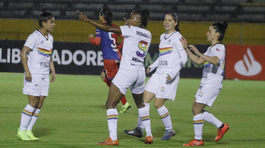 Celebración de las jugadoras del equipo Bohemio en el Olímpico Atahualpa.