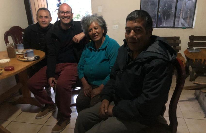 El equipo de la Rai en la casa de la familia Carapaz Montenegro.