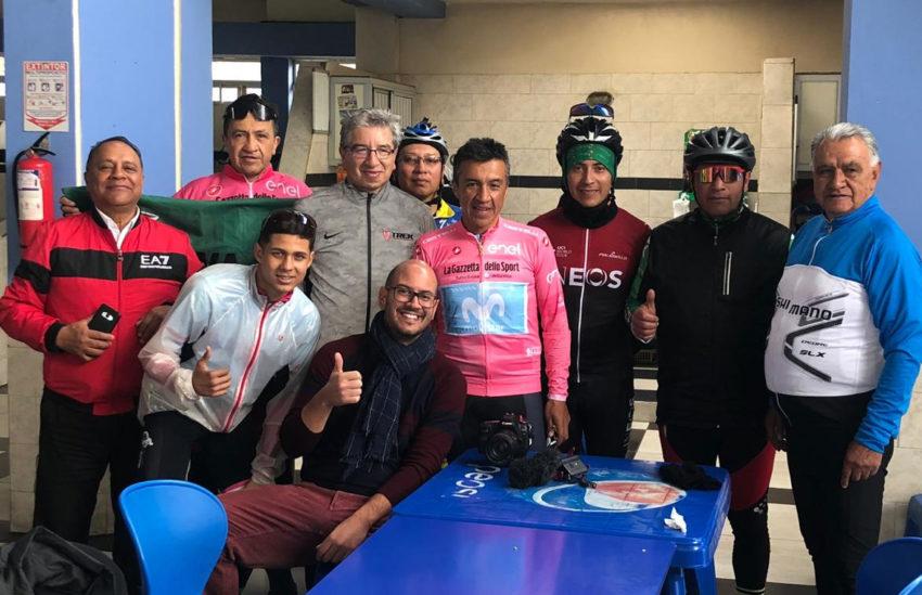 El equipo de la Rai con los amigos de la Locomotora del Carchi en el mercado de Tufiño.