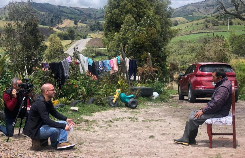 El equipo de producción de la Rai entrevistando a Antonio Carapaz, papá de Richard.