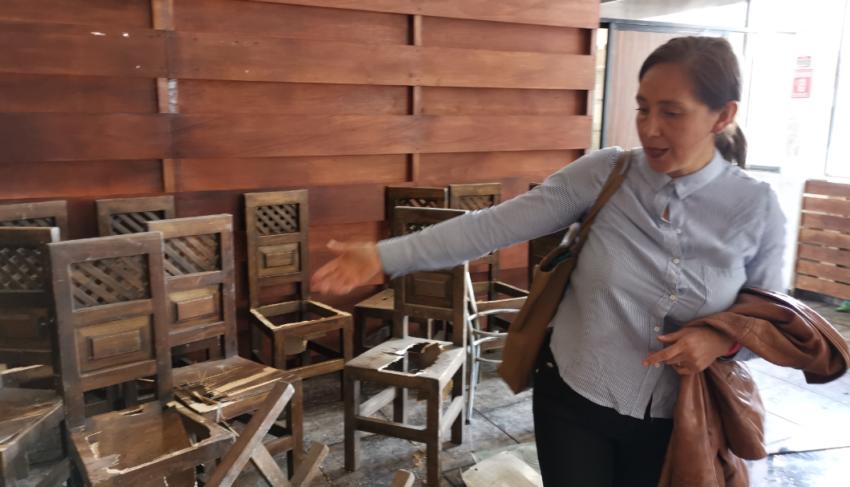 Saskya Villalva muestra los daños en su restaurante.