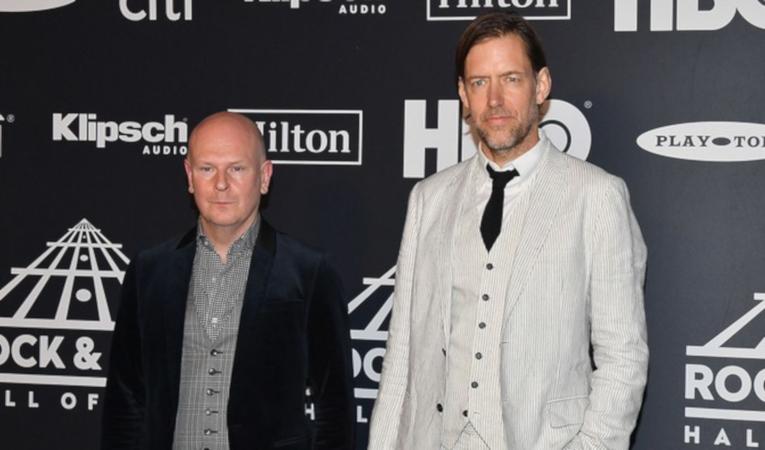 Philip Selway y Ed O'brien de  Radiohead, al ingreso de la ceremonia.