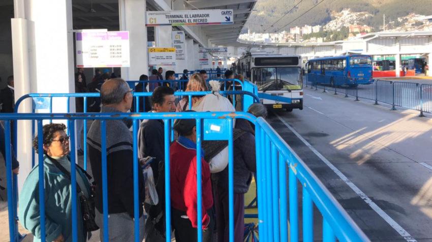 Personas esperan una unidad del sistema Trolebús.