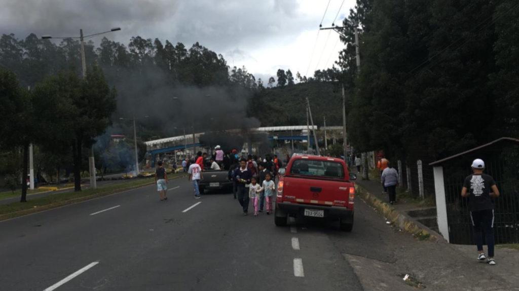 Durante el toque de queda, 65 vías fueron cerradas por manifestantes en Quito
