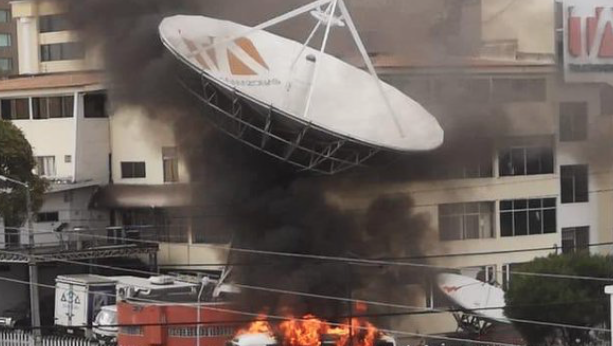 Manifestantes incendiaron parte de las instalaciones de Teleamazonas en Quito, el sábado 12 de octubre de 2019.