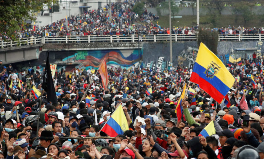 Manifestantes indígenas lograron instalarse en los exteriores de la Asamblea Nacional, el 11 de octubre de 2019.