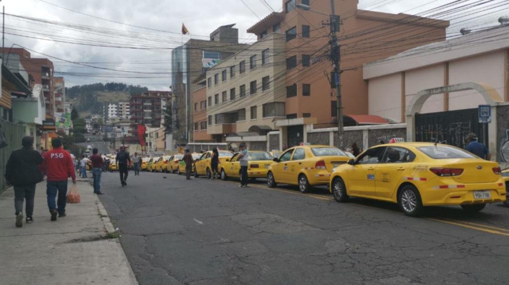 Dos caravanas de taxis desfilan en Quito en rechazo a medidas