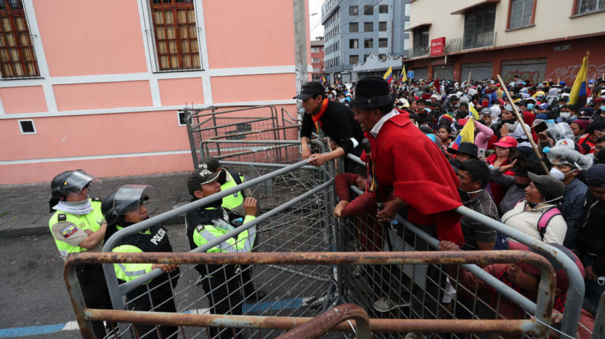 Policías y manifestantes indígenas discuten en una barrera puesta por las autoridades, durante una protesta cerca de la Asamblea Nacional.