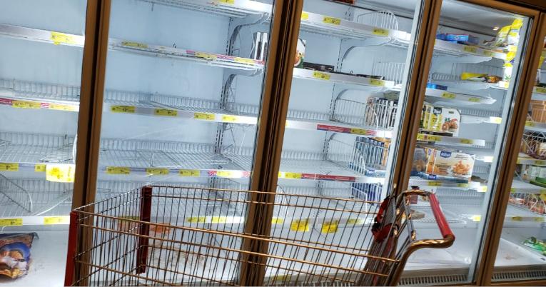 Sección de congelados casi vacía en un almacén del norte de Guayaquil.