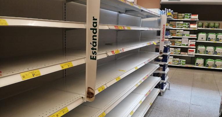 Perchas vacías en un supermercado de Ambato, Tungurahua. En esta provincia la producción agrícola es irregular.