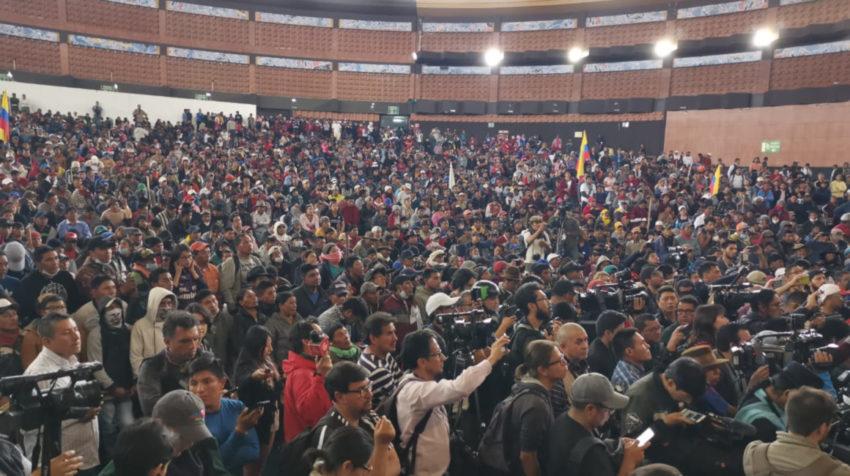 Reunión de los indígenas que se manifiestan en el Ágora de la Cultura Ecuatoriana.
