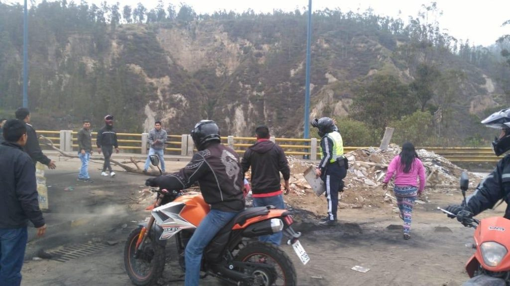 Vehículos de carga pesada bloquean el paso en Carapungo