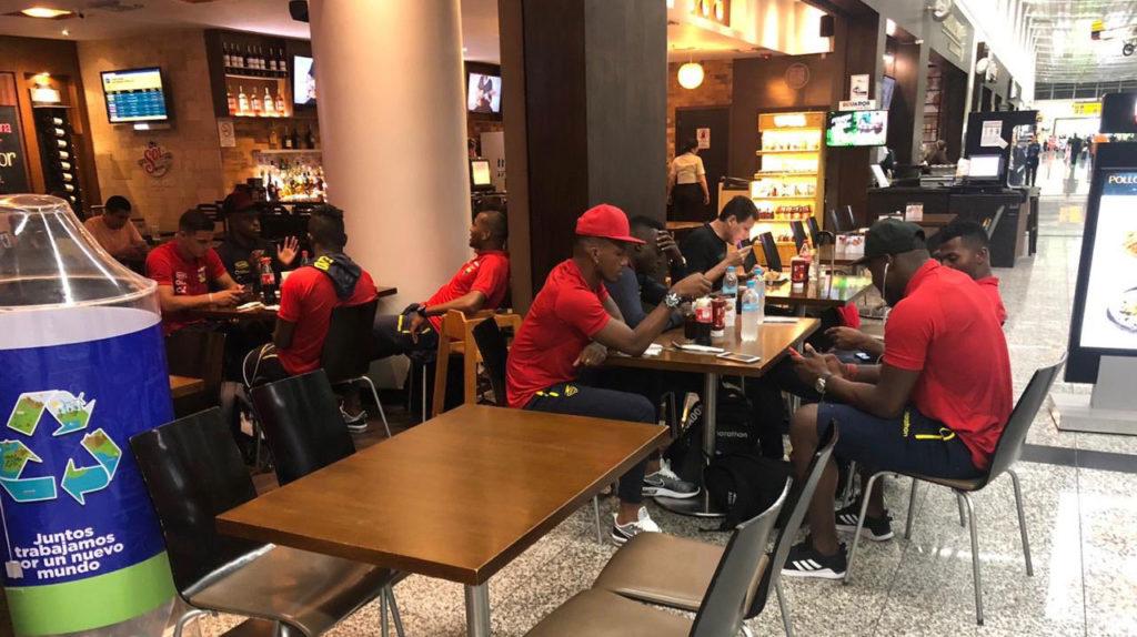 Por fallas en el avión, los jugadores de la Selección no pudieron viajar a España