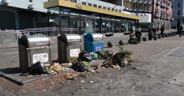 Contenedores de basura en la Plaza del Teatro, el 9 de octubre de 2019