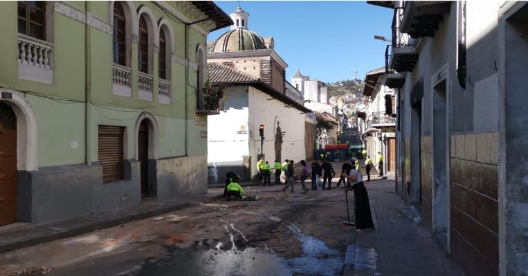Ciudadanos y policías limpiaron las calles el 9 de octubre de 2019.