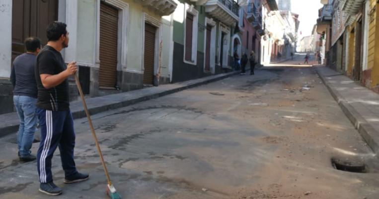 Vecino del Centro Histórico barrían las veredas.