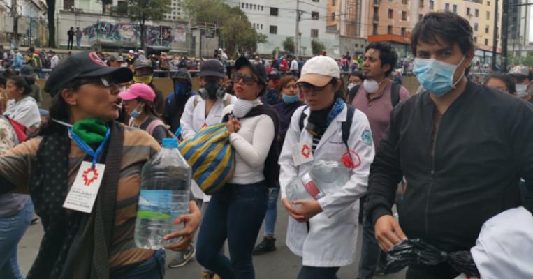 Voluntarios que brindaban ayuda médica a los manifestantes.