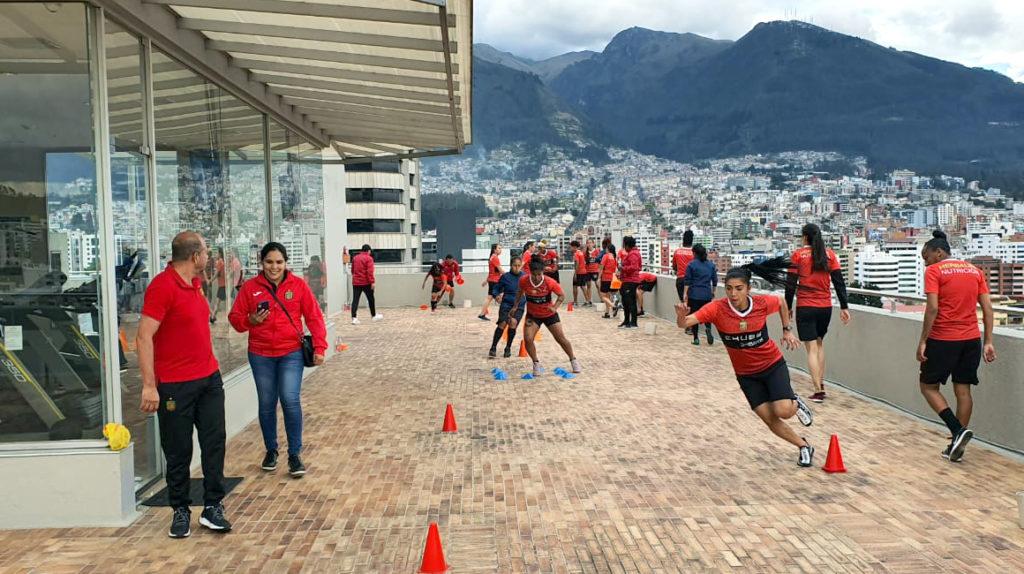 Las leonas del Deportivo Cuenca se entrenan en el hotel, debido al paro